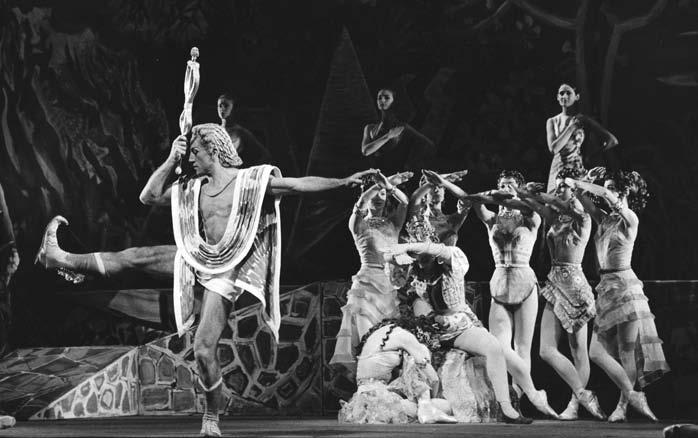 PERSEPHONE: ASHTON S RITE OF SPRING 27 Fig. 2. Alexander Grant in foreground with Gerd Larsen (seated), Svetlana Beriosova on floor surrounded by the Friends in Persephone, the opening of Scene I.