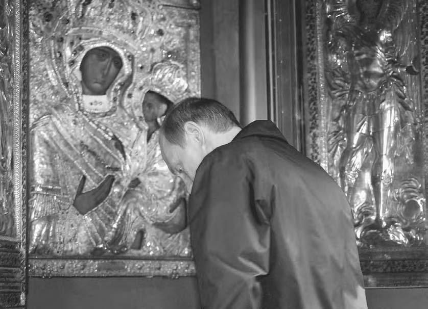 VISUAL CULTU R E 127 Russian president Vladimir Putin bows before the Tikhvin icon of the Virgin, 2004.