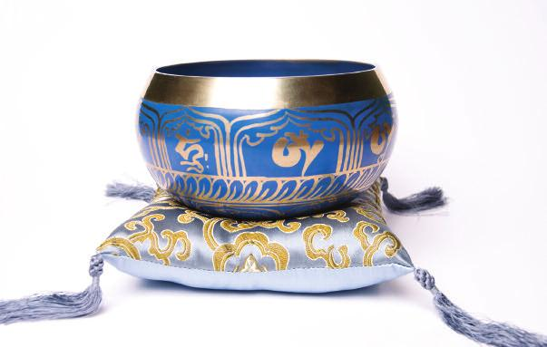 First place the singing bowl on its small cushion on your left palm (upturned) and just hold it for a minute.