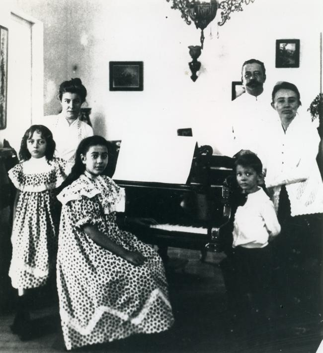 musical modernism in the twentieth century 141 Image 6.2 Indies family with their music activity (KITLV 31931). 1937.