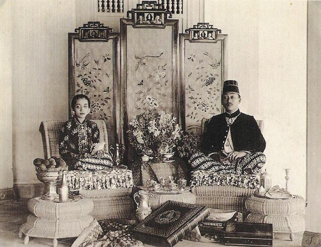 182 madelon djajadiningrat and clara brinkgreve Image 8.1 Official photograph of the bridal couple, Mangkunegoro VII and Ratu Timur, 1921 (photo in collection of authors).