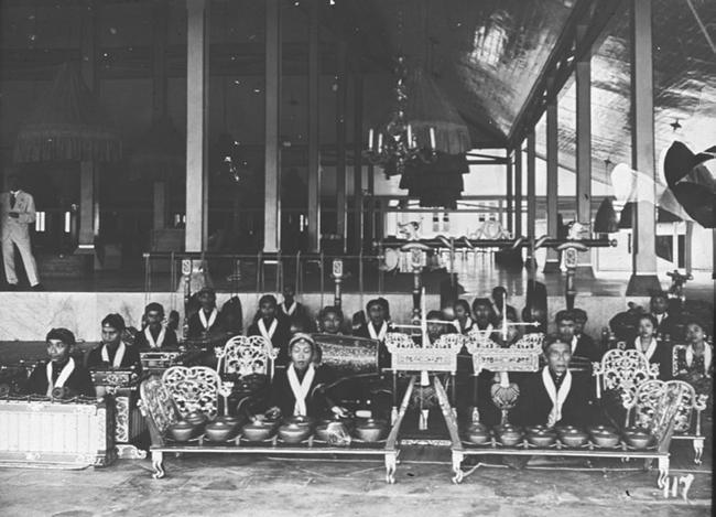 a musical friendship: mangkunegoro vii and jaap kunst 189 Image 8.3 Gamelan orchestra in front of the pendopo of the Astana Mangkunegaran, 1923 (photo in collection of authors).