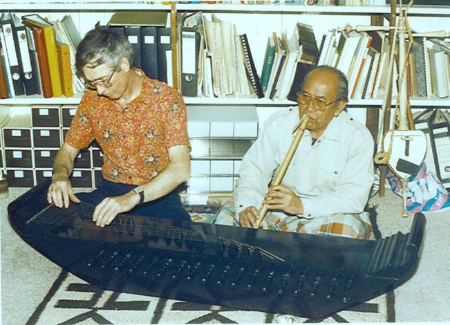 218 wim van zanten Image 9.1 Uking Sukri on the suling bamboo flute and the author on kacapi indung zither. Aarlanderveen, the Netherlands, 1988. Uking Sukri 2004).