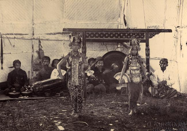 photographic representations of the performing indonesian 51 Image 2.12 Balinese gandrung at the pasar malam in Surabaya (KITLV 10834). pendence.