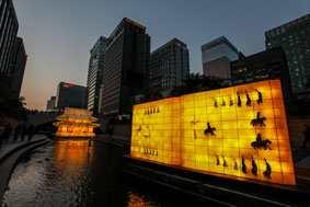 and modern, digital LED lanterns is becoming the leading festival of Seoul winning greater popularity among citizens and tourists as years go by. Held on the 1.
